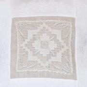 Cuscino in tessuto di Damasco bianco e interno di Lino. Dettaglio.
